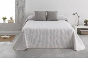 Colcha de verano en jacquard con un diseño geométrico y en color beige que aporta una sensación de frescura de Burrito Blanco