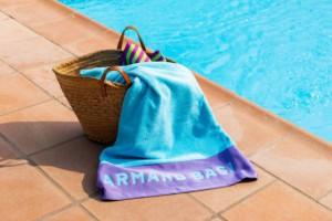 Descubre la toalla de playa turquesa Armand Basi - Burrito Blanco