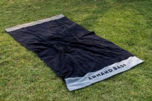 Descubre la toalla de playa gris Armand Basi - Burrito Blanco